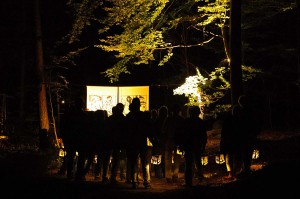 Schattenwald_Theater Anu_Besucher Laternen